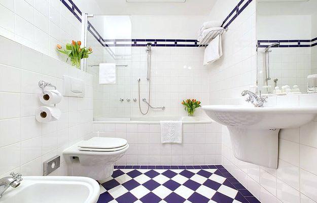 Больше источников света, яркие орнаменты, зеркала и цветы – ванные без окон можно и нужно делать уютнее. Делимся лучшими приемами их обустройства