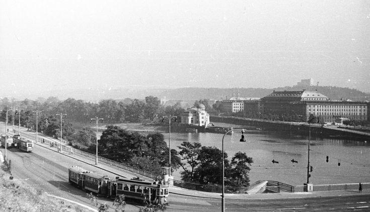 "Praha Neznámá on Twitter: ""Štefánikův most v roce 1954 FOTO: FORTEPAN / Fortepan https://t.co/2wJYSWWO6d"""