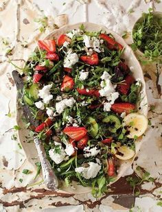 Roketslaai met aarbeie en bokmelkkaas | SARIE | Rocket salad with strawberries and goat's cheese #healthy #salad