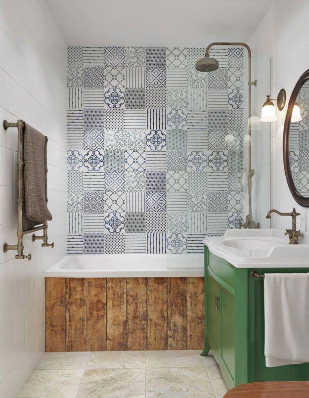 Bois, couleur, carrelage imitant les carreaux de ciment, cette salle de bains a tout pour plaire.