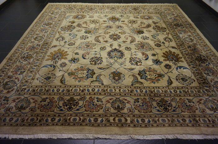 Mooie paleis van Perzisch tapijt Nain Kashmar met dierlijke motieven tapijt kurk wol met zijde maakte in Iran Nain-Kashmar provincie 300 x 310cm  Wij garanderen dat het bovenstaande tapijt een echte handgeknoopte oosterse tapijt is.Provincie: NainGemaakt in IranCork wol met zijdeCa. 300.000 knopen per vierkante meterHet tapijt heeft afmetingen van 310 x 300cmVeiling nummer: 1949Met certificaat van echtheidHet tapijt moet is in het algemeen zeer goede staat tapijt vlekken heeft het is nog…