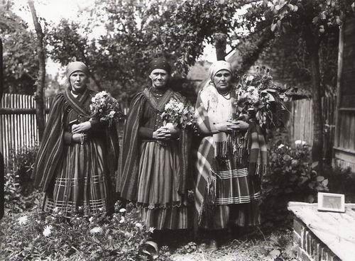 Fotografia z święcenia bukietów w święto Matki Boskiej Zielnej - obiekt tygodnia: sierpień/3 - Muzeum Etnograficzne - etnomuzeum-