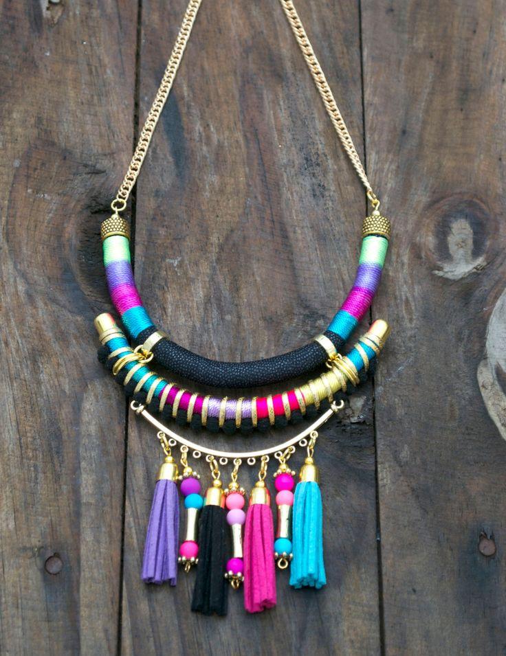 De múltiples capas collar con colores brillantes con un fleco de borlas de gamuza  capa media envuelto de hilos coloridos con cuero del faux del oro
