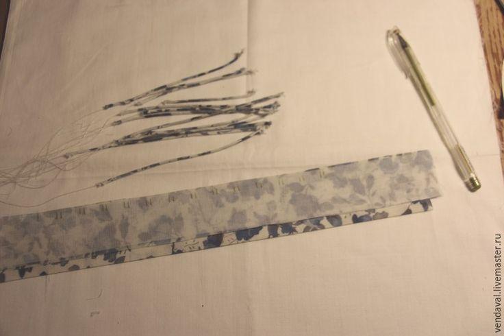 Очень часто при пошиве одежды возникает трудность при подборе подходящей к ткани фурнитуры. Вроде бы выбор большой, а все не то. Я часто использую вытачные рулики. Для навесных петель, цветов, петли-вешалки и другого декора. Изготавливать их можно из любых тканей, кроме очень рыхлых и редких. Рулики можно делать разнообразного диаметра, регулируя ширину запаса шва, который будет наполнять рулик. Начнем. …
