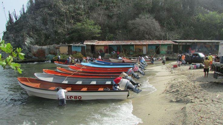 Lanchas y peñeros de pescadores en Puerto Colombia.