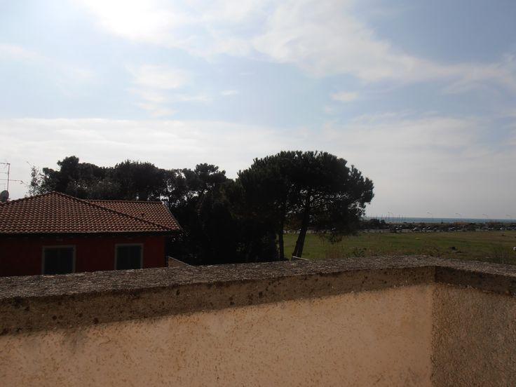 e dal terazzo  di questa #villaaFortedeiMarmi si vede  il #mare . Villa rinnovata per le vacanze di una famiglia numerosa