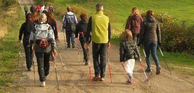 IL NORDIC WALKING È UNA DISCIPLINA SPORTIVA CHE SI PRATICA ALL'ARIA APERTA, UN ALLENAMENTO DOLCE CHE SVILUPPA RESISTENZA, FORZA E FITNESS. Il Nordic Walking coinvolge attivamente le braccia nel movimento. Questo implica un aumento della muscolatura delle spalle e dei pettorali e un rafforzamento della muscolatura cervicale.  Sabato 19 Novembre Lezione1 Dalle ore 15,00 alle 17,00 – Parco Regionale Molentargius (CA)