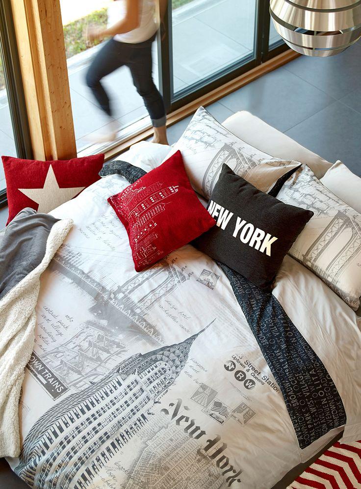Une exclusivité australienne signée Linen House chez Simons Maison   L'esprit voyage vintage au top des tendances en mode maison. Nous visitons cette fois la ville de New York avec cette housse imprimée dans les tons de taupe et charbon.  Revers imprimé typo coordonné.   L'ensemble comprend :   Jumeau : 1 housse 66x90 pouces, 1 cache-oreiller 20x26 pouces Double : 1 housse 84x90 pouces, 2 cache-oreillers 20x26 pouces Grand format : 1 housse 90x95 pouces, 2 cache-oreillers 20x30 pouces Très…