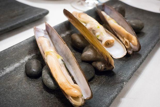 El tópico diría que para comer el mejor marisco tendríamos que estar en Galicia. Y si queremos gambas, en Huelva, Denia o Palamós. Pero estamos en el centro de Barcelona, concretamente en Rías de Galicia, uno de los restaurantes más conocidos de la ciudad, y que desde hace ya mucho tiempo presume de tener uno ...