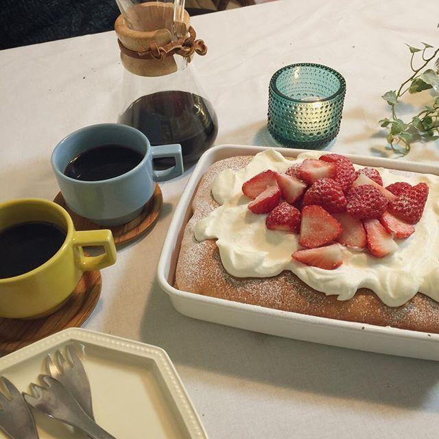toto_toshiko2016年2月19日(金曜)開店祝い② . 食後のデザートは、、、 スコップケーキ。。 . スポンジがカチカチ…。。 . . たくさん笑って元気貰えた。 . 次回は、新築祝いで集まりたいな。 . 1号たっての希望、 リアルおうちマックゴッコしよう。 . . . #晩ごはん #食卓 #食後のデザート #スコップケーキ #いちご #ケメックス #波佐見焼 #スタジオエム #野田琺瑯 #イッタラ #カステヘルミ #柳宗理 #ケーキ #おうちごはん #夕飯 #夕食 #夜ごはん #開店祝い #homemade #cake #strawberrycake #food #instafood