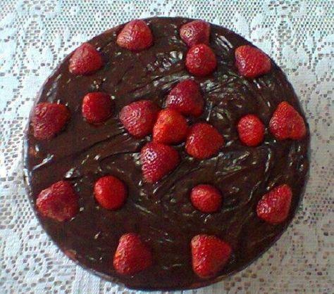 A Receita de Torta de Morango com Chocolate é deliciosa e fácil de fazer. Você só precisa fazer um creme de baunilha simples, cobri-lo com morango e acresc