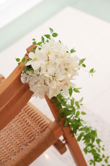 幕張のホテルニューオータニ様へのチャペルの装花、 南国のリゾートウェディングの感じにしたいという 花嫁様のご希望で、 白の蘭とグ...