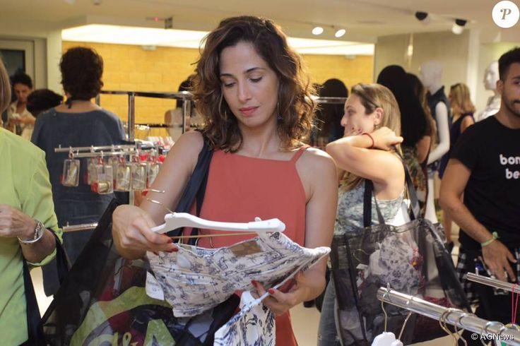 Recém-solteira, Camila Pitanga prestigia evento de moda com a filha, Antonia