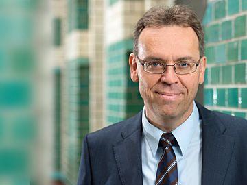 """Prof. Dr. Sebastian Heilmann, Direktor und Vorsitzender der Geschäftsführung  #merics Mercator Institute for Chinese Studies  """"Seit 1999 ist er Professor für Vergleichende Regierungslehre/Politik und Wirtschaft Chinas an der Universität Trier."""""""
