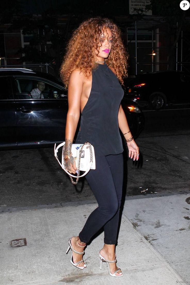 Rihanna porte un top Ann Demeulemeester avec un Skinny jean Citizens of Humanity  accessoirisés d'un sac Dior Diorama et de sandales Giuseppe Zanotti . New York, le 13 aout 2015.