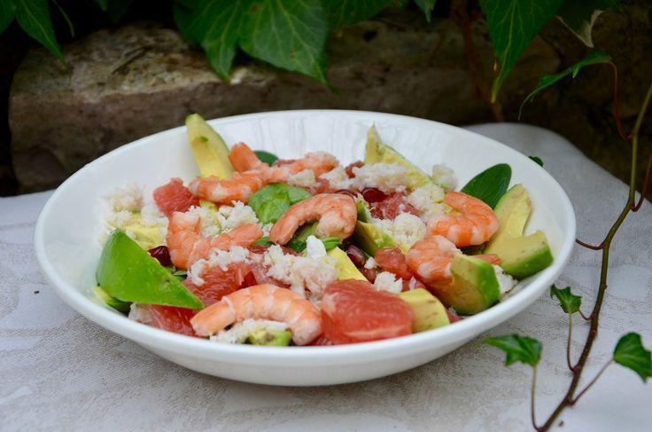 Une petite salade sucré-salée, légère pour faire le plein de vitamines! Ingrédients pour 2 personnes : 1 poignée de mâche 140g de chair de crabe 1 avocat 1 pamplemousse rose une dizaine de crevettes 1/4 de grenade 1/2 citron huile d'olive sel poivre Préparation...