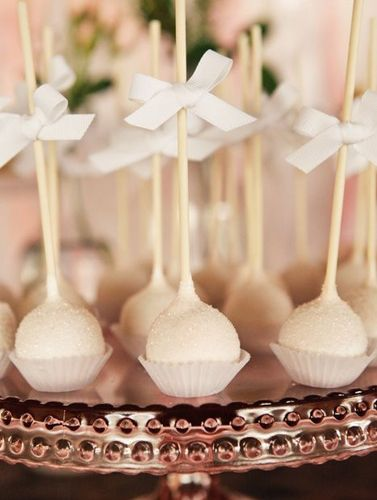 Elegantes cake pops para una boda, via blog.fiestafacil.com / Elegant cake pops for a wedding, via blog.fiestafacil.com