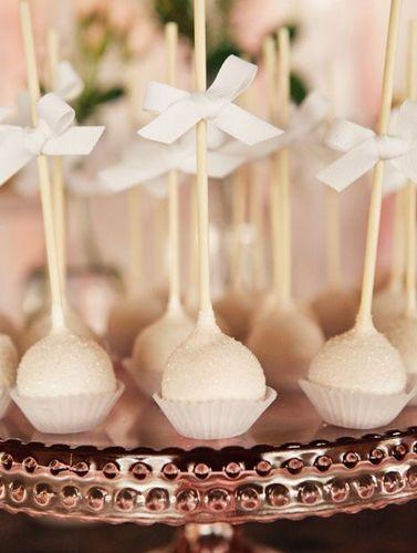 Elegantes cake pops para una boda, via blog.fiestafacil.com / Elegant cake pops for a wedding, via blog.fiestafacil.com