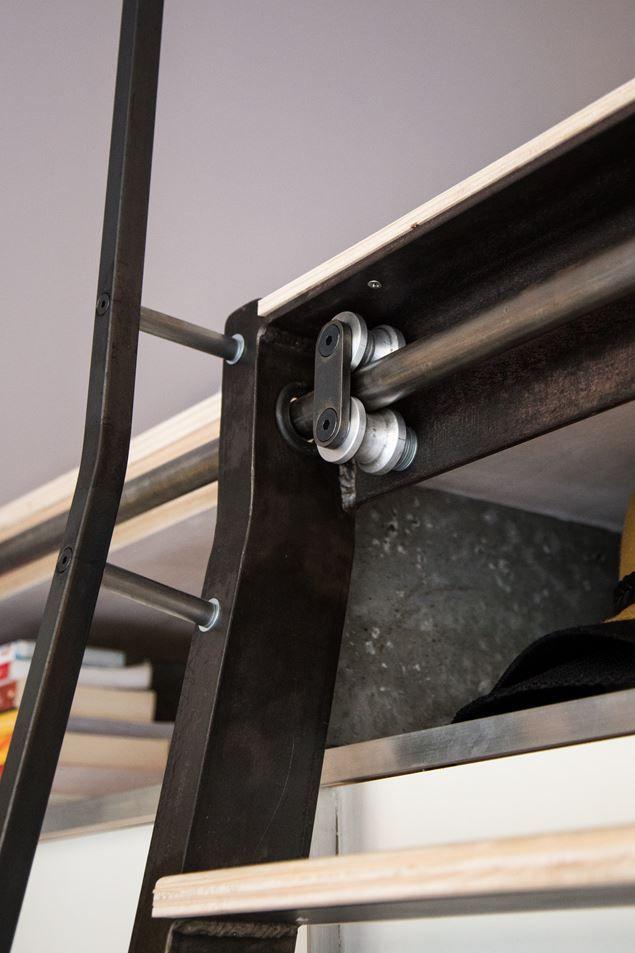 Сдвижной механизм для лестницы на второй уровень лофта.