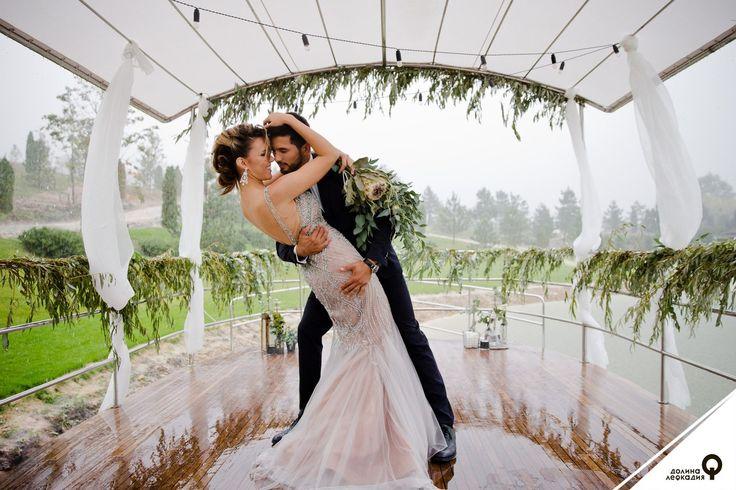 Примет, связанных со свадьбой, великое множество. Так, считается, что для удачного брака жениху и невесте последнюю ночь перед свадьбой следует провести в разных домах, а на свадебном пиру неженатым гостям не рекомендуется сидеть на углу, иначе 7 лет не расстаться с холостой жизнью. У нас в долине Лефкадия есть свои приметы, которые обязательно сбываются. К долгому браку и волшебным фотографиям — провести в долине церемонию бракосочетания в дождь.