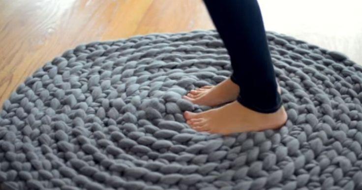 Hennes teknik för att virka en mysig matta är briljant och kräver ingen virknål.