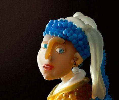 Jeune fille à la perle de Vermeer entièrement faite de ballons par Airigami. Voir diverses œuvres du groupe ainsi que des vidéos de certaines de leurs réalisations : http://www.airigami.com