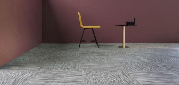 Hnědobílý tkaný vinyl Fitnice, podlaha ze čtverců. / Brown and white woven vinyl Fitnice, floor from tiles.