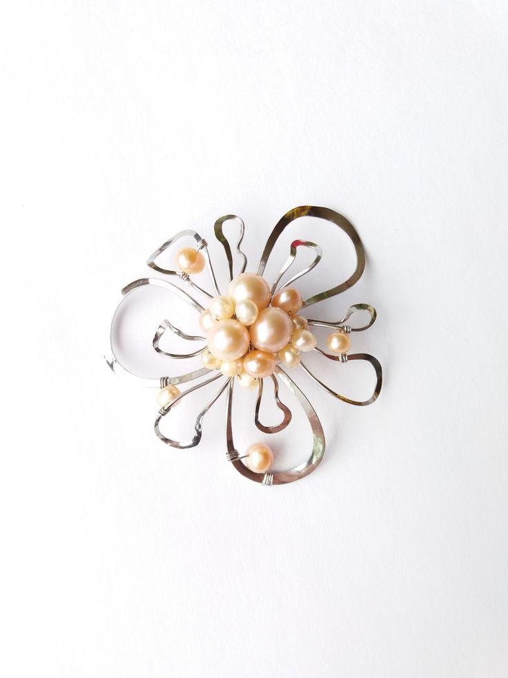 """Brož+B56P+""""S+romantickou+duší""""+exkluzivní+perly+Autorský+šperk.+Originál,+který+existuje+pouze+vjednom+jediném+exempláři+z+romantické+edice+variací+na+květy.+Vyniká+kouzelným+prostorovým+tvarem,+precizním+provedením,+jemnou+elegancí,+decentním+výrazem+a+harmonickým+sladěním+výběrových+perel.+Brož+je+vyrobena+ručně.+Tepaná,+ohýbaná,+tvarovaná+z+chirurgických..."""