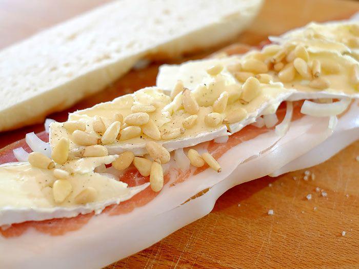 Stokbroodje met gedroogde ham, brie en pijnboompitjes