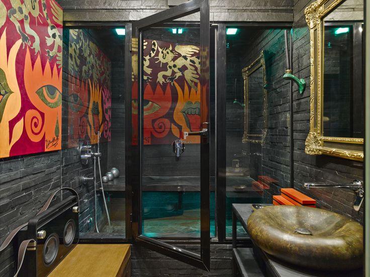 Фото интерьера санузла небольшой квартиры в стиле фьюжн. Стены облицованы сланцем