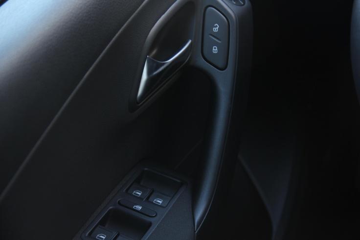 Volkswagen Polo segunda mano en oferta en Rekord Motor. Equipamiento: ABS+ ESP, airbags frontales, laterales y de cabeza en plazas delanteras, dirección asistida electrohidráulica, Aire acondicionado con guantera refrigerada, retrovisores exteriores eléctricos y calefactables, elevalunas eléctricos delanteros, cierre centralizado, ordenador, radio CD + MP3+4 altavoces, rueda de repuesto de tamaño normal, preparacion ISOFIX, asiento conductor regulable en altura, inmovilizador electrónico…