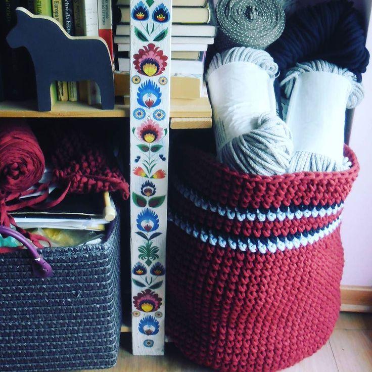 Trochę mojego bałaganu i kosz jak warmińska spódnica ;) #mymess #bookstagram #crochet #basket #cottonrope #cottonyarn #dala #dalahorse #scandinaviandesign #folk#polishflowers #wzórłowicki #warmia #GawraStefana