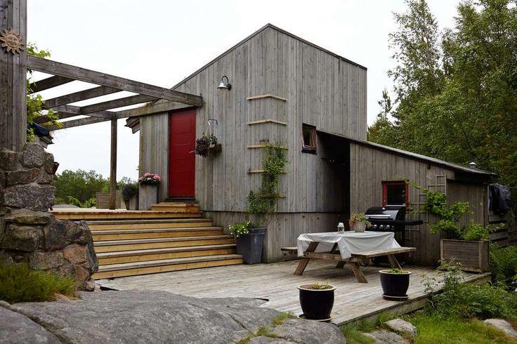 TILPASSET: Formen på hytta gir gode, skjermede uterom med spennende vinkler og…