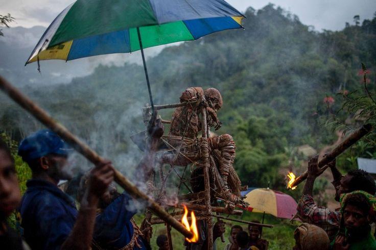 Canon Explorers - Canon.  Moymango, gemummificeerd stamhoofd, wordt naar het dorp gedragen