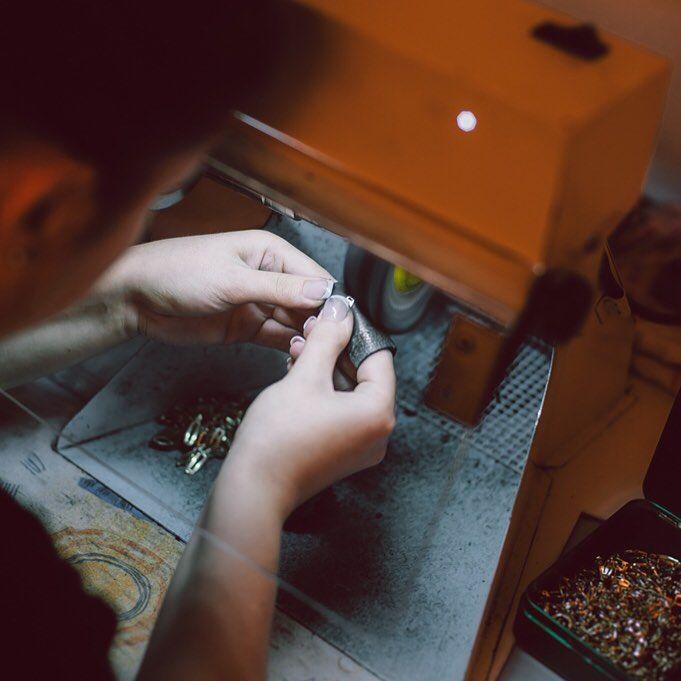 Nici aurul, nici diamanetele nu se găsesc pe suprafața pamântului, este nevoie să săpăm adânc după ele, tot așa, nici bijuteriile nu sunt cum le vedeți în vitrină decât după o muncă migăloasă, de creație.  #bijuteria #sabion #romania #jewelry #jeweler #artist #design #live #love #life Bijuterii cu suflet manufacturate în România. 