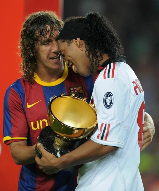 Puyol regalant-li el Trofeu Gamper a Ronaldinho