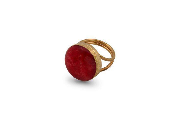 Δαχτυλίδι από επιχρυσωμένο μπρούντζο και ημιπολύτιμη κοραλί πέτρα.