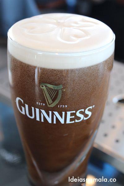 """Guinness Cerveja preta criada em 1759 por Arthur Guinness. Enraizada na cultura irlandesa, a bebida mais popular na Irlanda é uma pint da """"coisa preta"""". O preço médio de uma pint (568 ml) varia entre 4,50 e 5,50 euros, dependendo do local."""