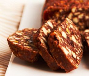 «сладкая колбаска» из СССР. Состав (на 8-10 порций): - печенье «Юбилейное» (или другое) – 750-800 г; - молоко сгущенное – 1 банка (400 г); - масло сливочное – 200 г; - какао-порошок – 3 ст. ложки; - коньяк – 3 ст. ложки. Сливочное масло и сгущенное молоко заранее вынуть из холодильника и оставить на несколько часов при комнатной температуре. Печенье наломать руками на мелкие кусочки, перемешать со сгущенным молоком, затем добавить сливочное масло, какао и коньяк и тщательно размешать . На…