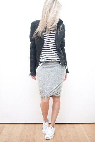 Look de moda: Chaqueta Motera de Cuero Negra, Camiseta de Manga Larga de Rayas Horizontales Blanca y Negra, Falda Lápiz Gris, Zapatillas Bajas Blancas