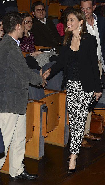 Princesa Letizia. 'Look': Blanco y negro para su conjunto. La Princesa de Asturias se decantó por una chaqueta de un solo botón, sobre cuerpo brillante; y pantalón pitillo con estampado geométrico. Como complementos, pendientes largos, bolso de mano y zapatos acharolados.