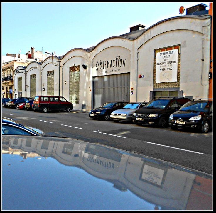L'antiga fàbrica de gel 'Sant Antoni' al carrer Badajoz (avui magatzem de l'empresa de roba Systemaction), va ser construïda el 1929 per la Unió Mutualista de Venedors de Peix.