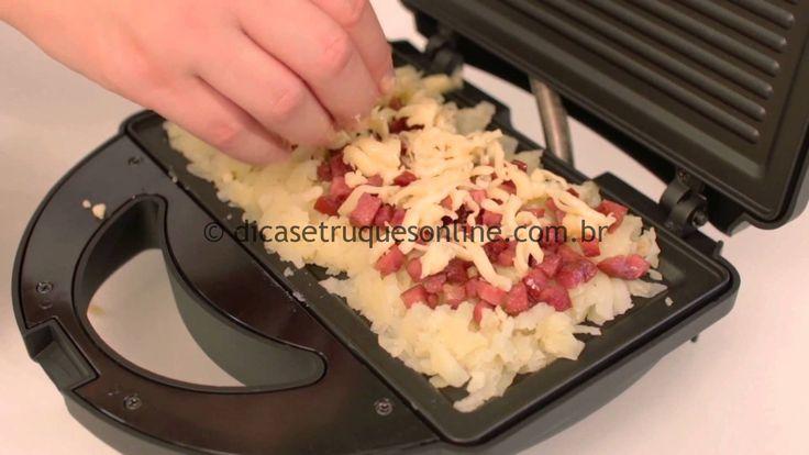 Ingredientes: 3 batatas inglesas. Queijo mussarela cortado em tirinhas fininhas. Linguiça calabresa picada e chapeada. Manteiga para pincelar. Preparação: Cozinha as batatas