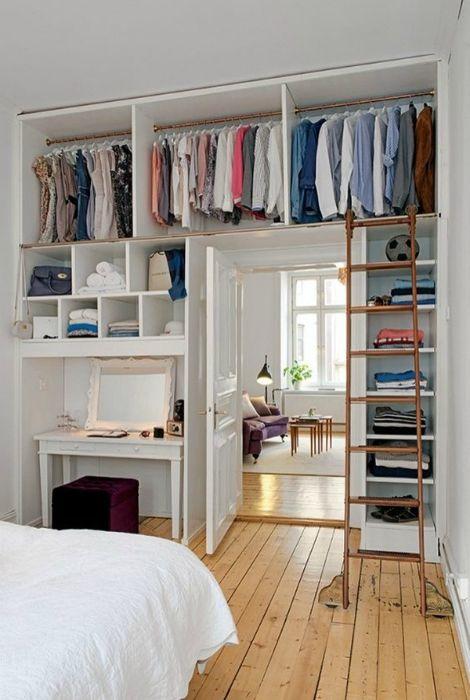 Маленькая спальня с открытым гардеробом.