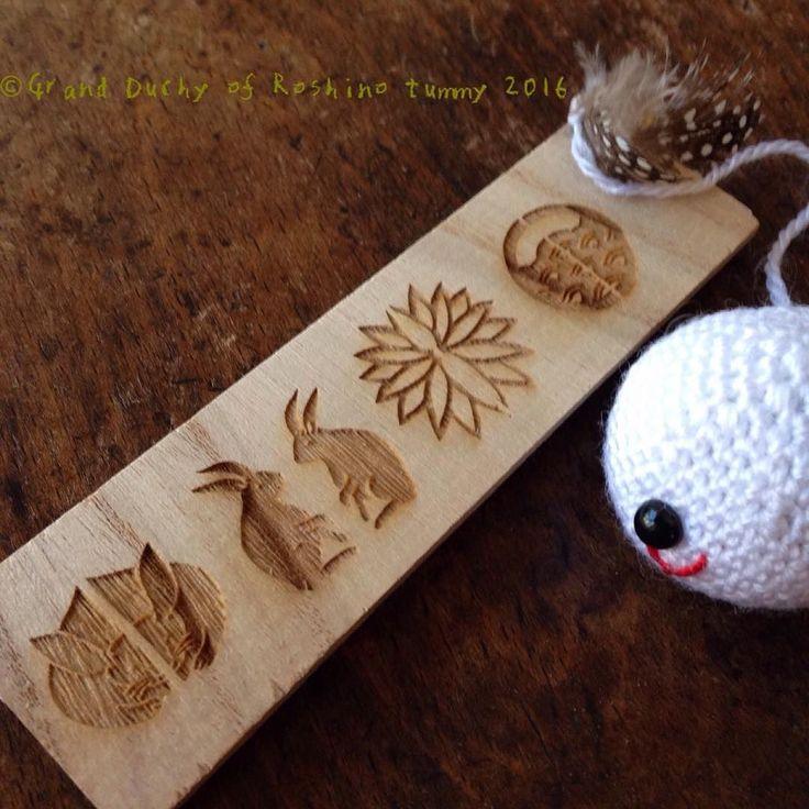 """ジョニーが焼いて模様を入れた材木を見ています 俺っちの好みとはちっと違うがな さあこれは何になるのでしょう  Johnny watching branded wooden board. """"It's not quite my taste though."""" Well what is it going to be?  #amigurumi #handmade #crochet #creative #wooden #wood #craft #lasercut #brand #branded #Roshino #Roshinotummy #kawaii #cute #artisan #あみぐるみ #編みぐるみ #ハンドメイド #かぎ編み #木材 #焼印 #レーザーカット #ロシーノ #かわいい #手作り #クラフト by roshino041103"""