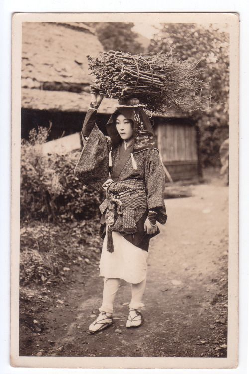 "thekimonogallery: oldtimejapan: 大原女 Oharame. About 1900, near Kyoto, Japan. A rural town nestled in the mountains about 14 kilometers north of the heart of Kyoto, Ohara's most iconic image is its ""Oharame."" Oharame were the female peddlers that many years ago dressed in distinctive work clothes and walked into the city to sell produce from the countryside. These trips into town provided a precious supplementary income for farmers."