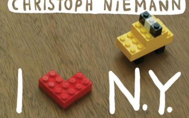 I LEGO N.Y. di Christoph Niemann, miniature della Grande Mela in un libro illustrato! Christoph Niemann, un grafico ed illustratore pluripremiato, autore di libri per bambini e Newyorkese di adozione, ha creato una serie di miniature di New York con i giocattoli LEGO di suo figlio.   #lego #regali #natale #newyork #libri