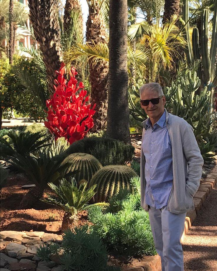 Inspiração nos Jardins do La Mamounia ... em meio a vegetação local, as mesmas plantas em esculturas vermelhas !