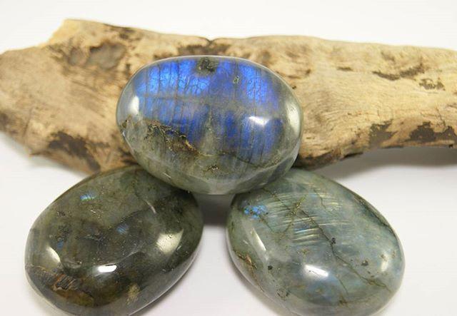 """#Камень_лабрадор - необыкновенно загадочный минерал, одна из разновидностей полевого шпата. Цвет камня темный или зеленовато-серый, обладает эффектом иризации и завораживает своими яркими всполохами на поверхности.  Кроме того, лабрадор - сильный охранный камень, он очень привязывается и любит своего владельца. Это отличный оберег для дома и всех домашних. Если носить галтовку с лабрадора при себе, камень выводит людей которые Вас окружают на """"чистую воду"""", они начинаю говорить, что…"""