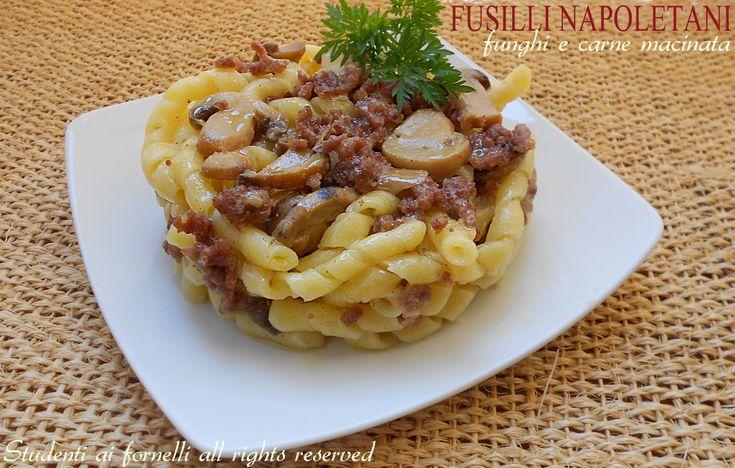 Ricetta fusilli napoletani con funghi e carne macinata, un primo facile e gustoso, veloce da preparare. Ricetta pasta con ragù in bianco sfizioso e leggero.